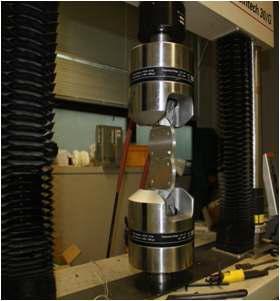 인장 시험 시편과 만능 재료 시험기(UTM)
