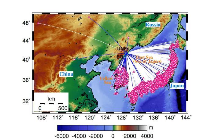 지진과 관측소의 위치, 고도가 도시된 지도. 2006년 북한 핵실험(UNE)은 초록색 원으로, 2009년 핵 실험은 파란색 원, 2002년에 발생한 자연지진(EQ)은 별모양으로 표시되어 있다. 지진관측소는 빨간색 삼각형 으로 표시되어 있다. 2009년 핵실험으로부터 관측소까지의 대원경로가 선으로 표시되어 있다. 2009년 핵실험에 대하여 총 801개의 지진파형을 수집하였다. 자연지진은 두 핵실험 장소로부터 약 82km 떨어져 있고 지진의 진 원깊이는 10km 이다.