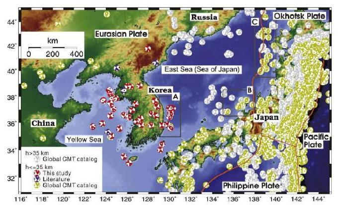 유라시아 대륙 주변부에서 발행한 지진의 단층 면 해. 동해에서 발생한 얕은 깊이의 지진은 지역 A, B 그리고 C에서 무리지어 발생하였다. 회색의 단층 면 해는 35 km 깊이 이상에서 발생한 지진을 지시하고, 다른 색은 얕은 깊이에서 발생한 지진을 지시한다. 붉은 색의 단층 면 해는 장주기 파형 역산과 극성 분석으로부터의 해를 지시하고 보라색은 다른 문헌으로부터 사용가능한 해를 지시하고, 그리고 노란색은 Global CMT 목록으로 부터의 해를 지시한다.