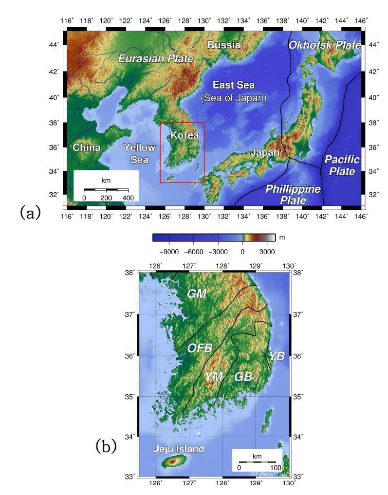 지질 및 지체 구조 지도: (a) 한반도 주위의 주요 지체 구조, (b) 확대된 연구 지역 지도와 지질 구조를 타나내는 주석. 한반도는 유라시아 판의 동쪽 말단에 위치한다. 지도에 나타난 구요 지질 구조는 경상 분지 (Gyeongsang basin, GB), 경기 지괴 (Gyeonggi massif, GM), 옥천 습곡대 (Okcheon fold belt, OFB), 연일 분지 (Yeonil basin, YB), 영남 지괴 (Yeongnam massif, YM)이다.