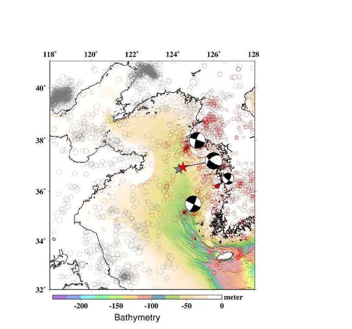 2014년 4월 1일 서해 격렬비도 해역에서 발생한 지진(규모 5.1)에 대한 한국 기상청 (빨강색 별)과 중국 지진국 지진 발생위치 정보(회색 별).