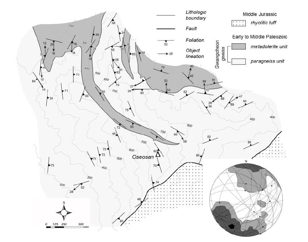 광역엽리(대원) 및 객체선구조(검정색 점 및 등밀도선)의 등면적 하반구 투영 결과를 함께 보여주는 오서산돔 남부의 지질구조도.
