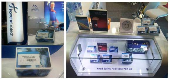 2016 Arab Health 전시회 부스 내 키트 모형 전시(왼쪽), 2016 Arab Lab 전시회 부스 내 키트 모형 전시(오른쪽)